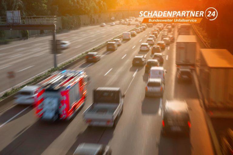 Auffahrunfall-Autobahn-zwei-Autos